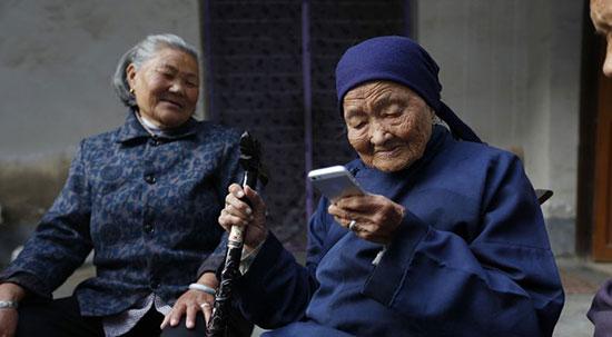 中国近2亿老人未接触过网络,怎么教老人用智能手机-第1张图片-免单网