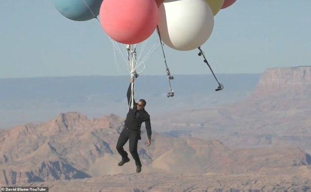 魔术师抓52个气球升至7500米高空,多少个气球可以把人带飞-第1张图片-免单网