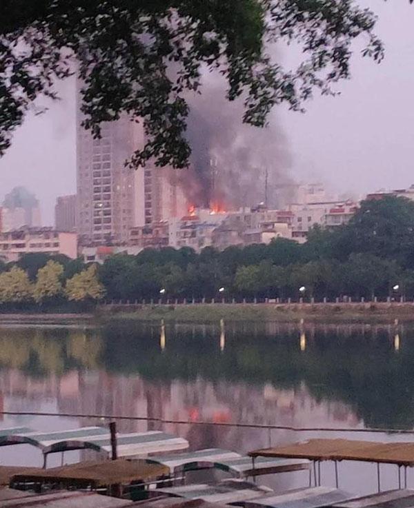南宁一小区楼顶烧成火海,广西南宁一居民楼顶层发生火灾-第1张图片-免单网