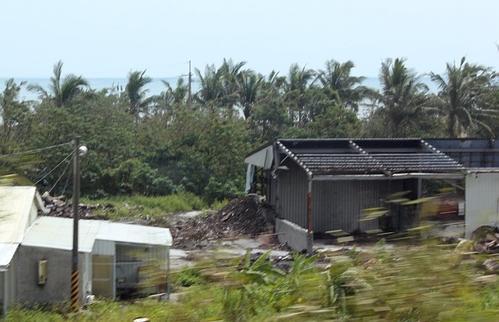 吉林珲春一房屋屋顶被台风掀翻,房屋屋顶被风刮怎么办-第2张图片-免单网