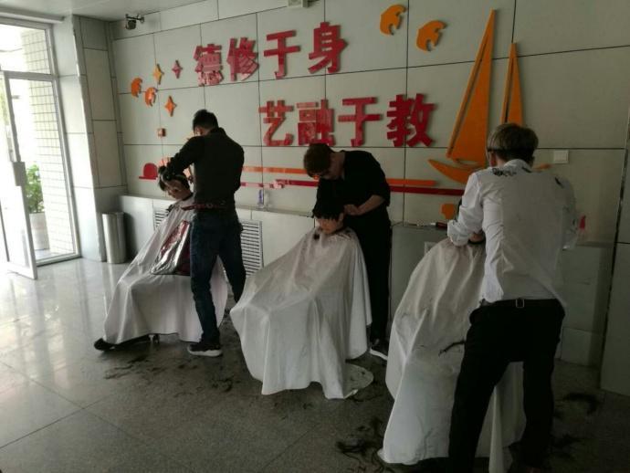 老师回应家长校门口给孩子剪发,学校为什么要求学生剪短发-第2张图片-免单网