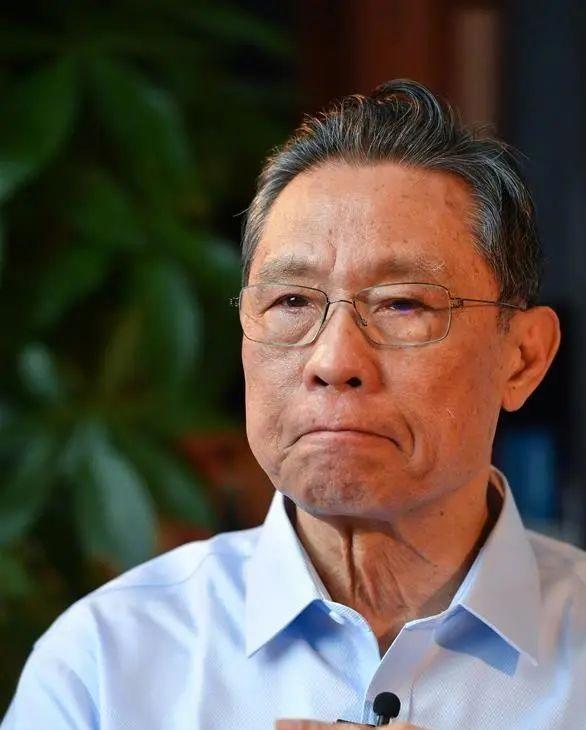 钟南山哽咽说什么都压不倒中国人-钟南山回忆抗疫红了眼