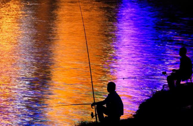 深秋晚上钓鱼深水还是浅水,深秋晚上钓鱼没有口怎么办-第2张图片-免单网