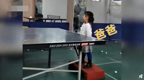 3岁女孩哭着打乒乓仍精准接到,3岁女孩哭着打乒乓-第1张图片-免单网