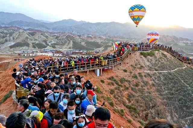 热点:甘肃丹霞景区保安金句疏导人群
