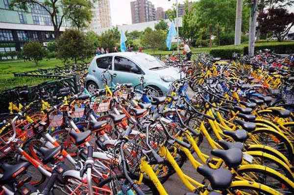 私家车被共享单车层层包围
