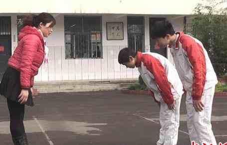 中学要求进校门鞠躬