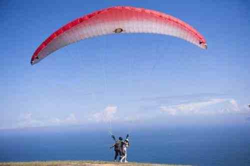 老人第一次玩滑翔伞淡定自拍