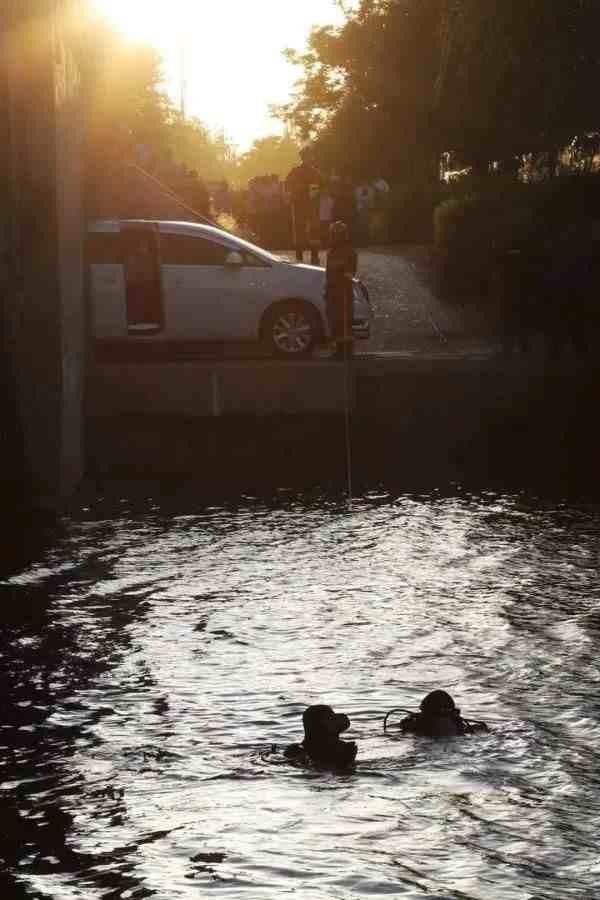 两女子凌晨开车冲入河中溺亡