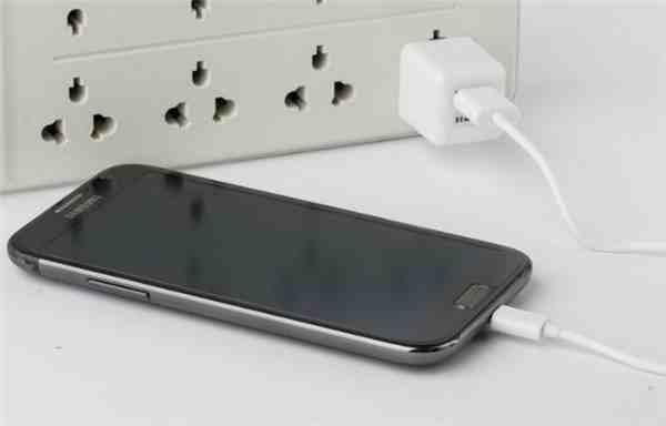 手机首次充电(新手机第一次充电应该注意什么)