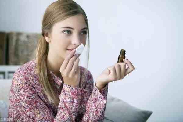 脸部护肤品的使用步骤(水、乳、霜、精华液使用顺序你知道吗?)
