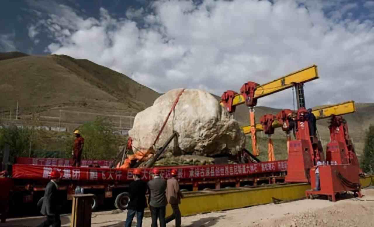 """甘肃古浪县:为何把一块400多吨的巨石""""请""""到县城里来?"""