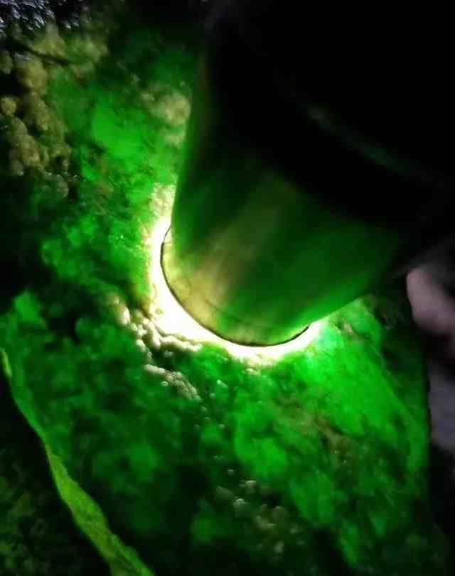 有美誉的翡翠原石是怎么形成的